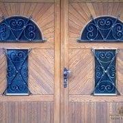 Ročno kovane mreže na vratih